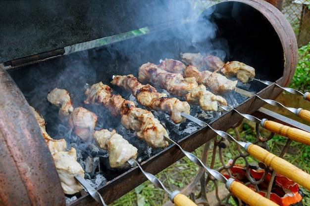 Шашлык из мяса на мангале на шпажках
