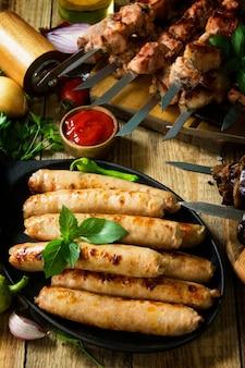 バーベキューメニュー肉の串焼き、ソーセージのグリル、ナスのベーコン焼き