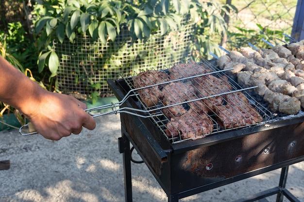 그릴에 바베큐. 그릴에서 고기 요리하기.