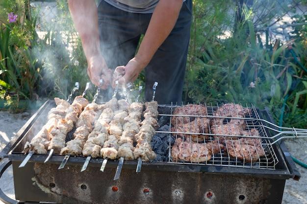 그릴에 바베큐. 그릴에 고기 요리.