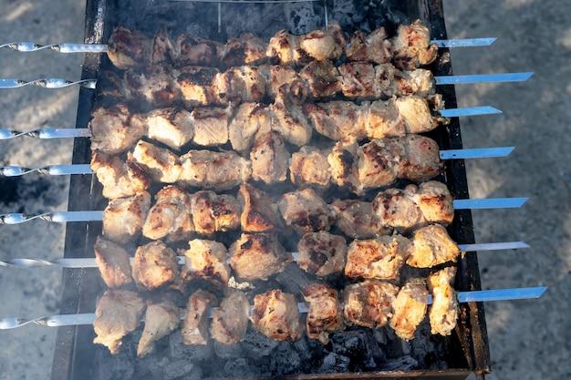 グリルでのバーベキュー。グリルで肉を調理します。