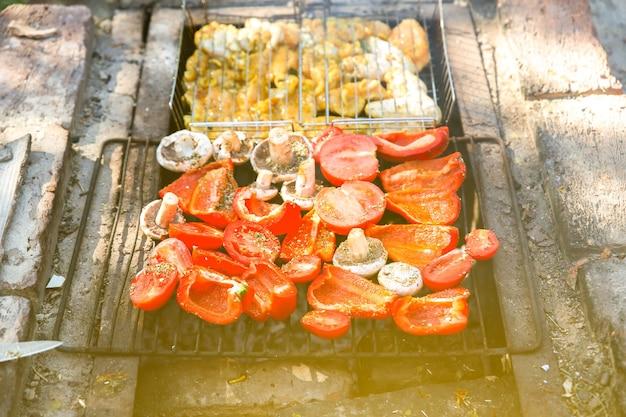 直火でバーベキュー。ピーマン、マッシュルーム、トマト。チキンフライ。