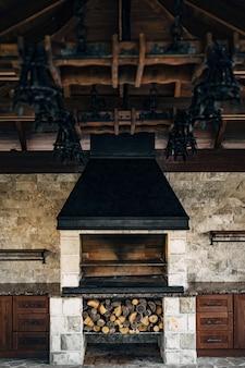 Печь-барбекю большая печь-гриль в помещении с дровами под ней