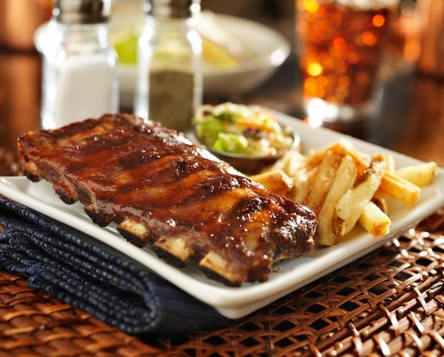 Ребрышки барбекю и картофель на тарелке