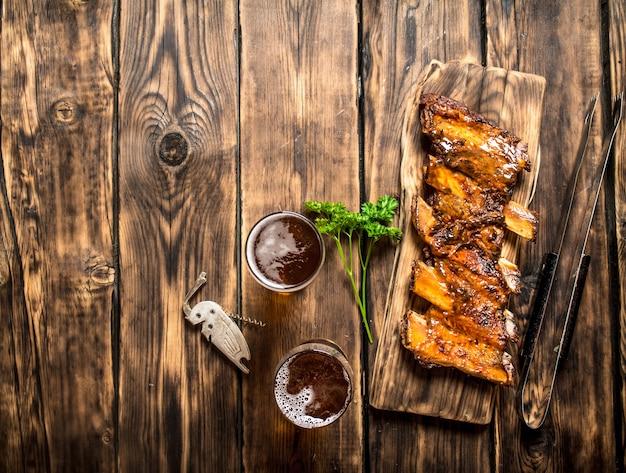나무 테이블에 시원한 맥주와 함께 바베큐 갈비