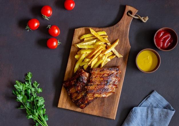 フライドポテトとバーベキューリブ。アメリカ料理。グリル。バーベキュー