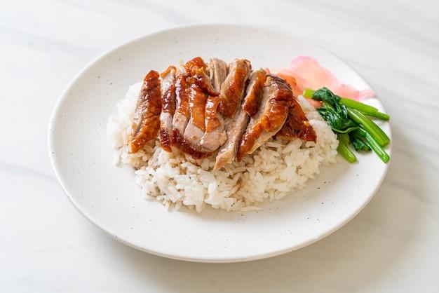 Утка, запеченная на гриле, на рисе