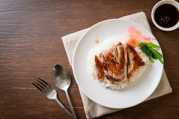 Утка, запеченная на шашлыке на рисе