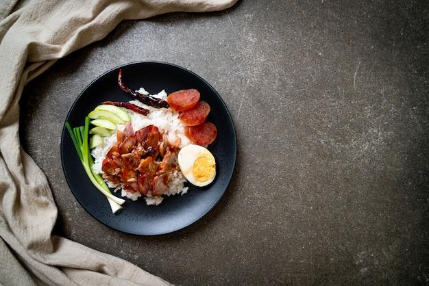 Запеченная на гриле красная свинина в соусе с рисом