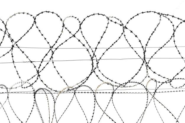 철조망은 흰색 배경 고품질 사진에 강철 철조망의 코일을 분리합니다.