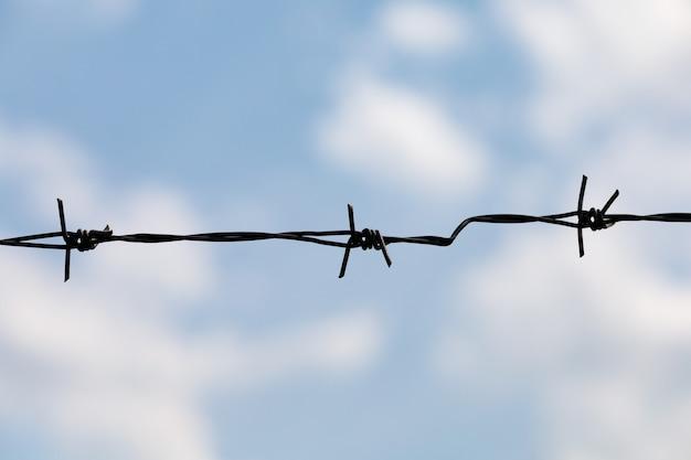 푸른 하늘 클로즈업의 배경에 철조망