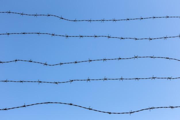 青い澄んだ空に有刺鉄線