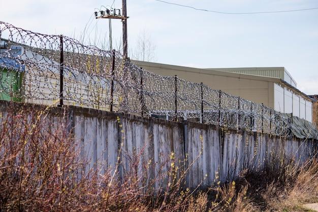비즈니스 또는 감옥의 콘크리트 울타리에 철조망.