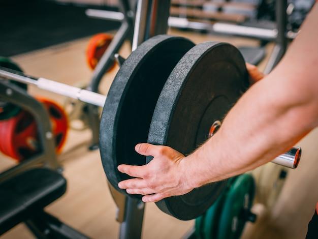 바벨 준비 체육관 강한 힘 개념. 건강 관리 라이프 스타일. 목표 달성을위한 모든 것.