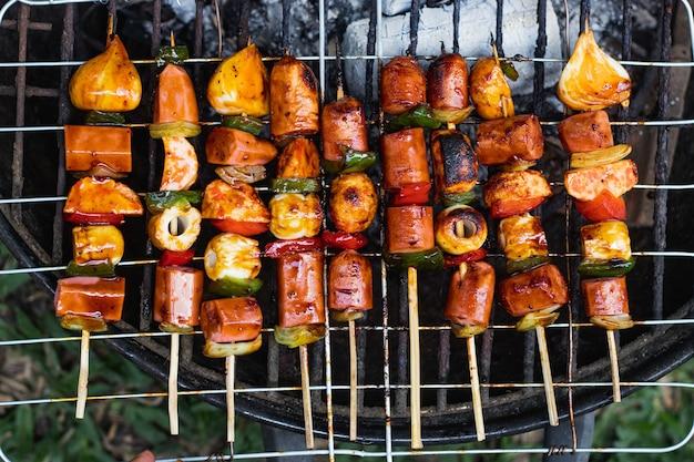 Время барбекю с колбасой сатай и овощным перцем на гриле на горячей плите