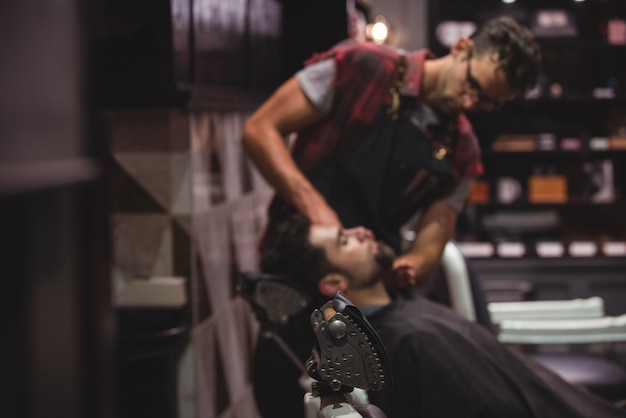 Парикмахерская, применяя крем на бороде клиентов