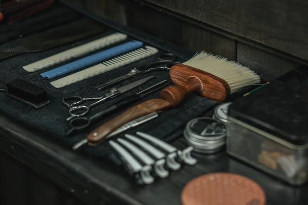 かみそりはさみとブラシが表面に横たわっている理髪店のカウンター