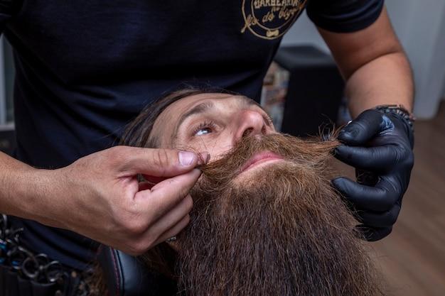 男の口ひげを切る床屋。