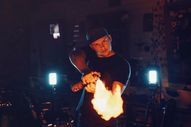 Парикмахерская демонстрирует огонь для стрижки горячими ножницами