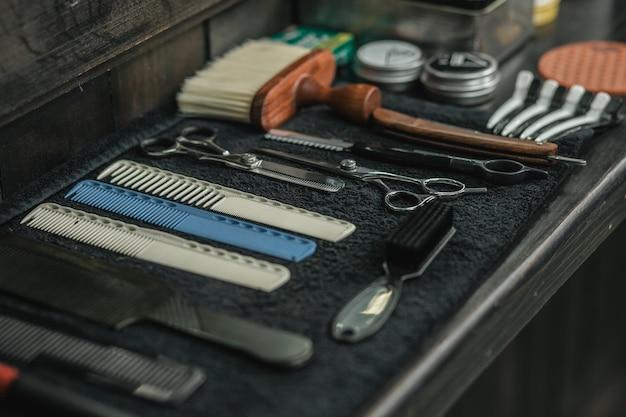 이발사 장비 가위 및 브러쉬는 이발사 카운터에 수건에 배치