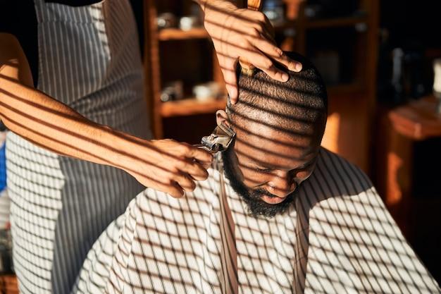 ヴィンテージメタルバリカンで理髪師が散髪