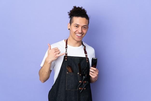 Парикмахер в фартуке над изолированным пурпурным жестом