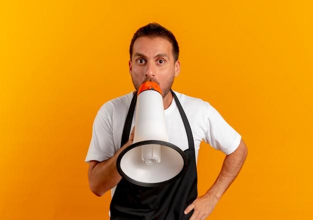 Парикмахер в фартуке кричит через мегафон, стоя над оранжевой стеной