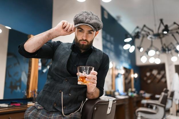 ウイスキーのグラスと理髪師マスター