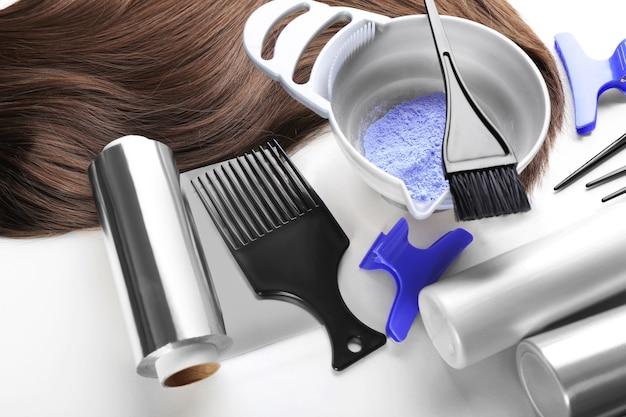 Парикмахерская с прядью, инструментами и краской для волос, изолированной на белом