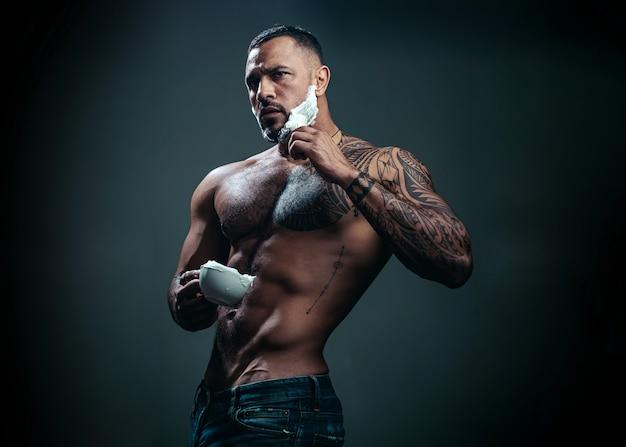 Парикмахер бреет и подстригает парикмахера и парикмахера, бреющего человека, и бритвенного человека, идеи о парикмахерах парикмахерской и парикмахерской портрет стильного мужчины с бородой