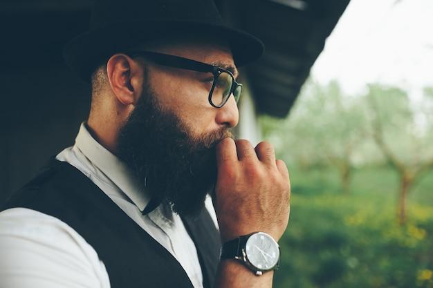 Il barbiere rade un uomo barbuto all'aperto