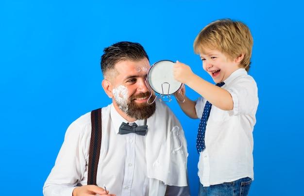 Парикмахер бреет бородатый мужчина в парикмахерской уход за бородой маленькая парикмахерская концепция парикмахерской для мужчин