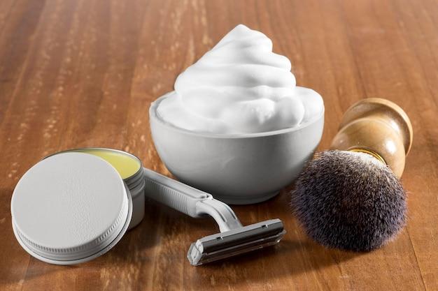 Schiuma e strumenti per la toelettatura del negozio di barbiere