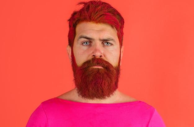 이발소. 헤어스타일. 염색된 수염과 머리를 가진 진지한 남자. 분홍색 머리를 가진 소식통.