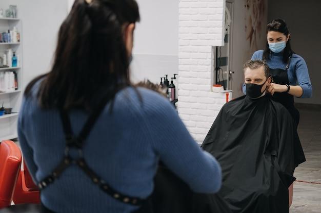 이발소 미용실, 얼굴 마스크 필링 및 빗질로 두 번째 잠금 미용사 폐쇄