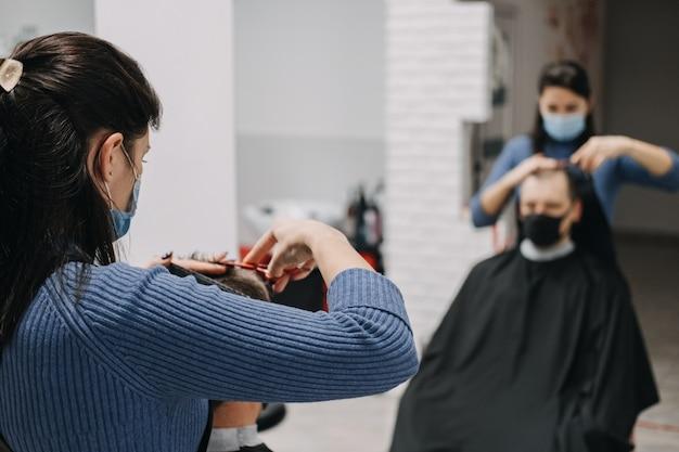 理髪店のヘアサロンがフェイスマスクのピーリングとコーミングで2番目の封鎖美容師をシャットダウン