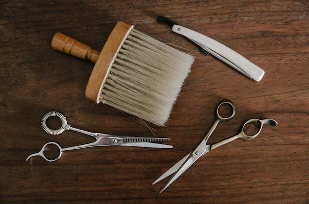 Парикмахерские инструменты на деревянный стол