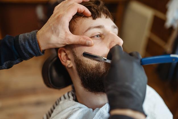 かみそりの理髪師、古い学校のひげカット
