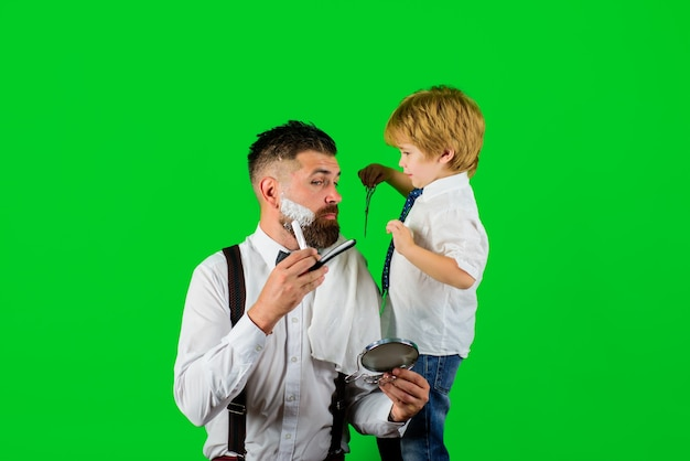 남자 수염 관리 작은 이발사 아들과 아빠를 위한 이발소 살롱에서 이발소 광고 면도