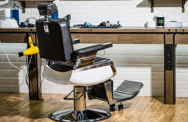 理髪店のアームチェア、モダンな美容院とヘアサロン、男性用の理髪店。