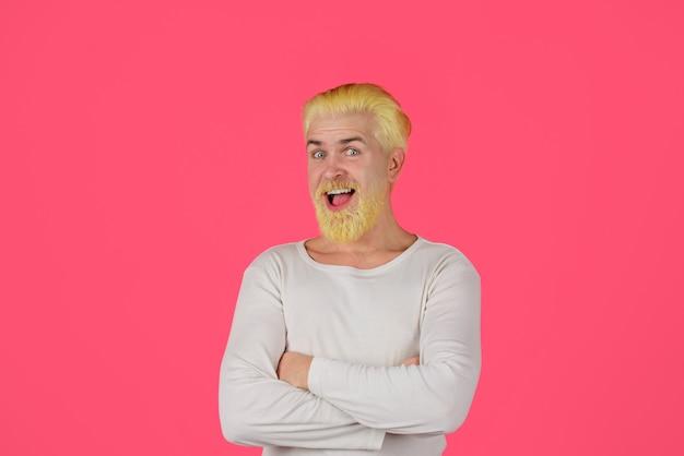 ブロンドの髪を染めた男性の髪のひげを生やした男の染毛を着色した理髪店の風変わりな男
