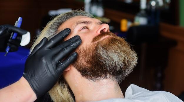 理髪店の手続き。プロのあごひげケア。理髪店。男性用サロン。美容師。