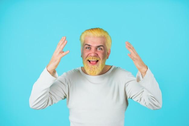 理髪店はブリーチした髪の男を驚かせたブリーチした髪と男性の髪のひげの色の男