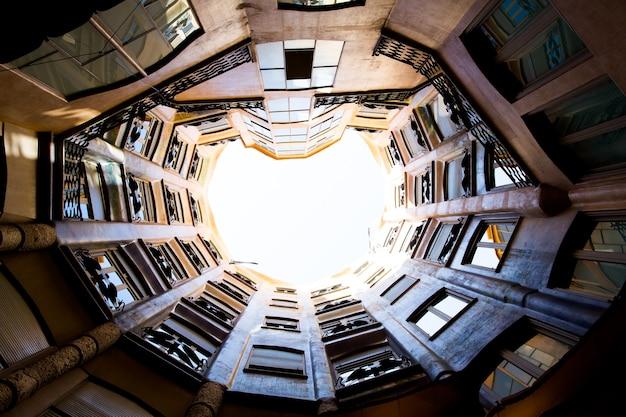 Барселона, каталония, испания, 21 сентября 2019 г. архитектурные детали экстерьера крыши модернистского дома мила, также известного как дом мила, спроектированного антонио гауди.