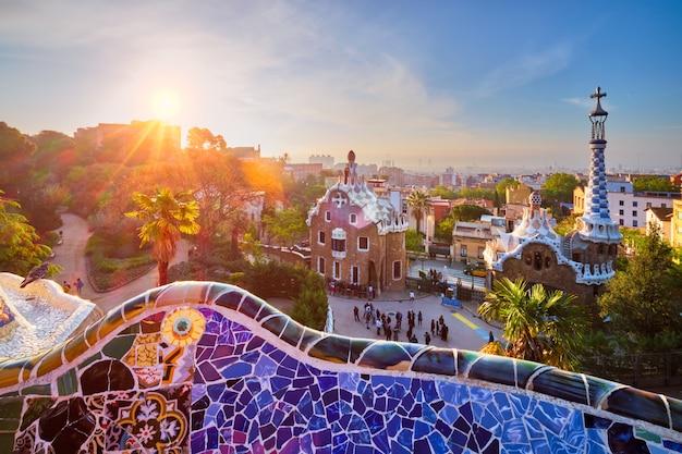 Вид на город барселона из парка гуэль восход солнца вид на красочное мозаичное здание в парке гуэль