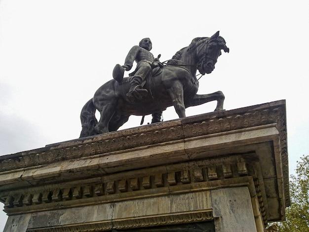 3월의 흐린 날 아래 바르셀로나 말 동상