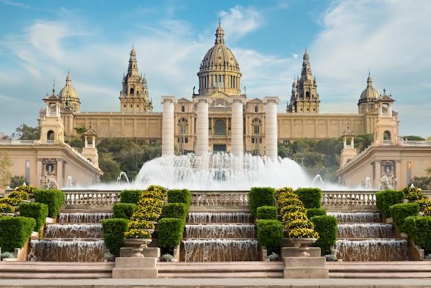 바르셀로나 플라 카 데 에스파냐, 바르셀로나에서 오후에 마법의 분수가있는 국립 박물관. 스페인
