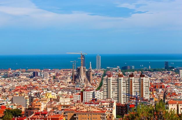 바르셀로나, 스페인-2017 년 6 월 10 일 : 황혼 시간, 스페인 바르셀로나 도시의 스카이 라인과 사그라 다 파밀리아의 공중 파노라마보기