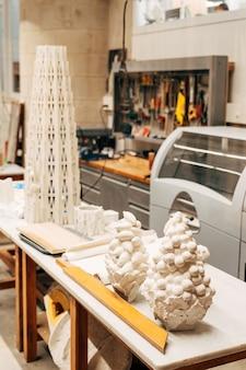 Барселона испания декабрь мастерская архитекторов в саграда фамилия рабочие столы и папье-маше