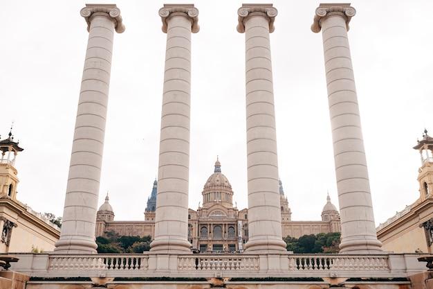 バルセロナスペイン12月モンジュイックの魔法の噴水の近くのpuigikadafalkaの4つのアンティークの柱